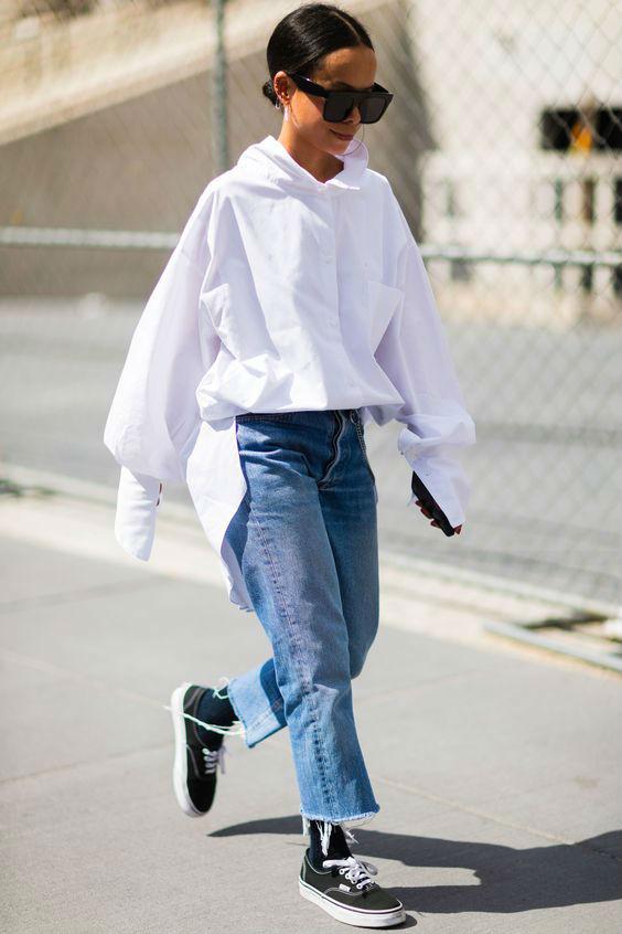 Белый верх и джинсы