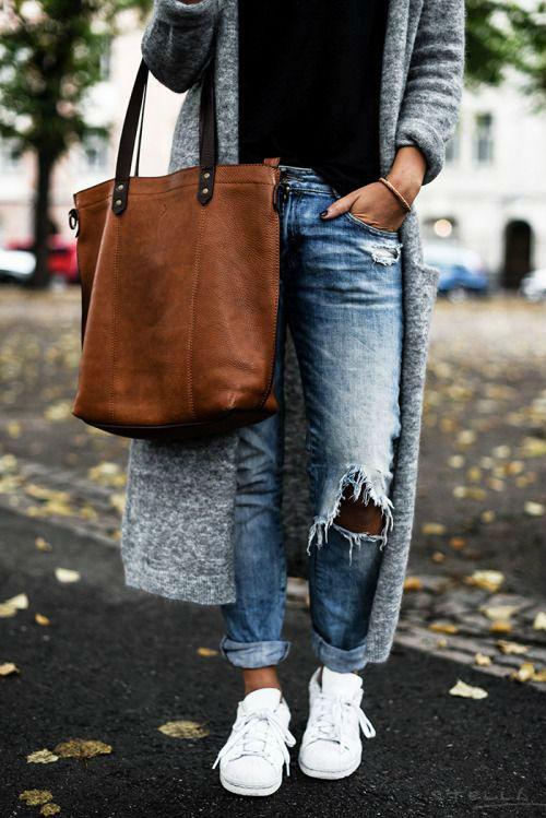Спортивная обувь в сочетании с джинсами