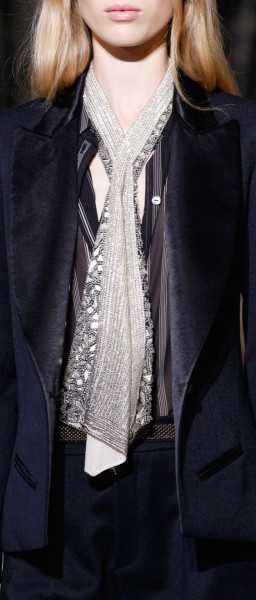 Как носить шелковый шарф