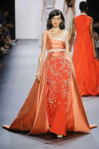 платье оранжево-красного цвета