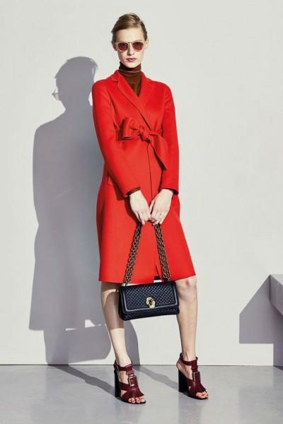 Красно-алое пальто