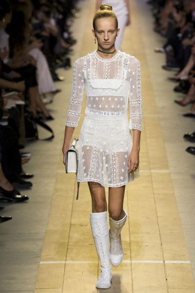 девушка в полупрозрачном платье