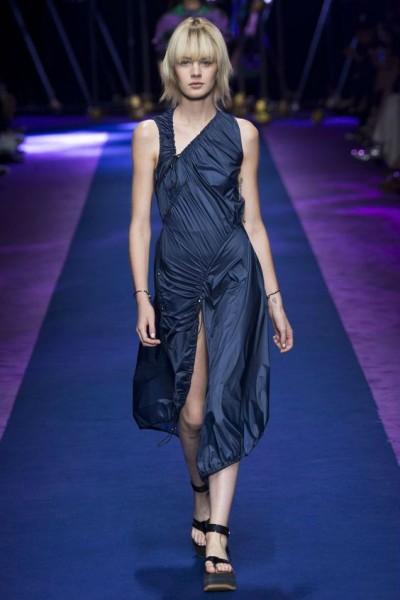 темно-синее платье в гардеробе