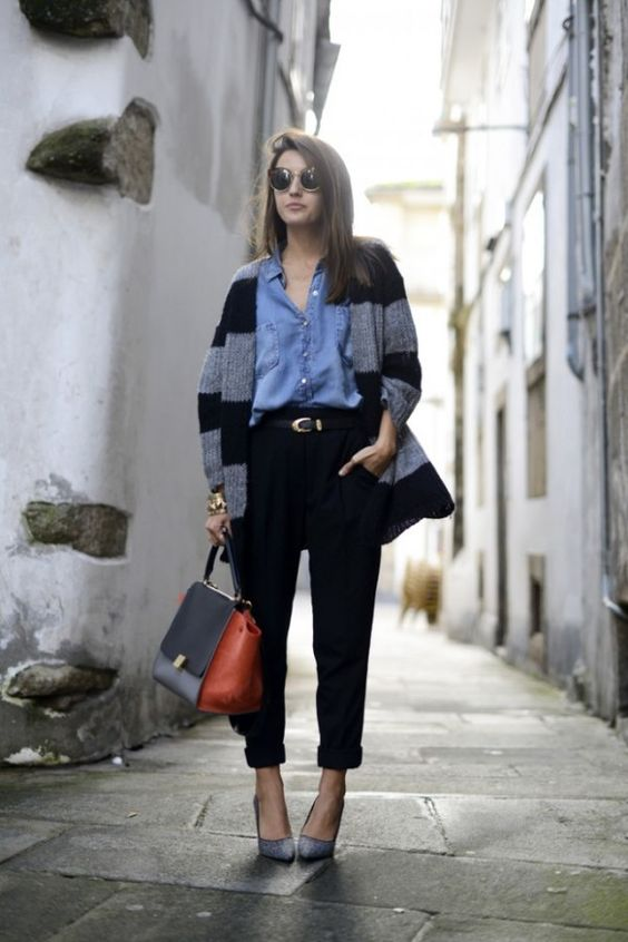 джинсовая рубашка с черными брюками