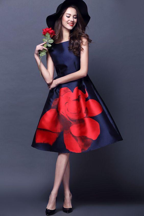 красный цветок на синем платье