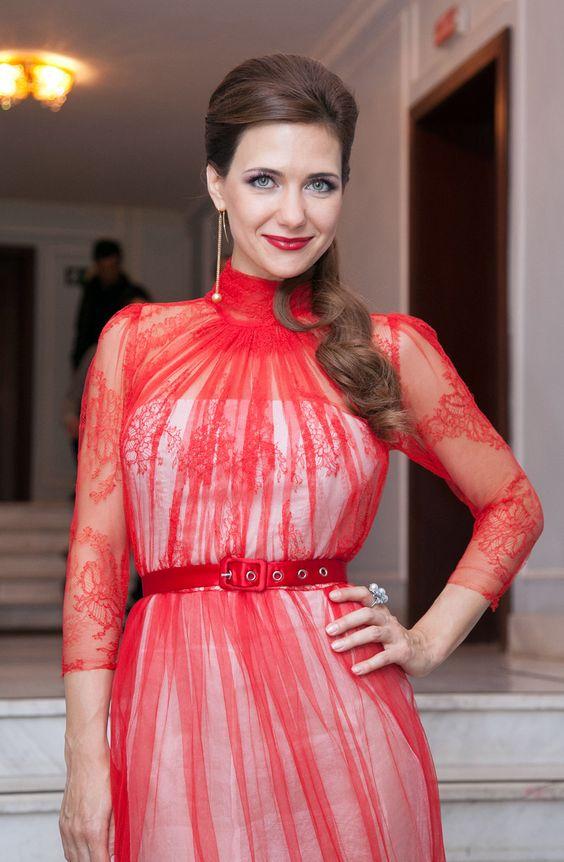 красное платье с рисунком