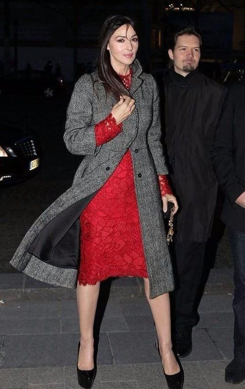красное платье с серым пальто