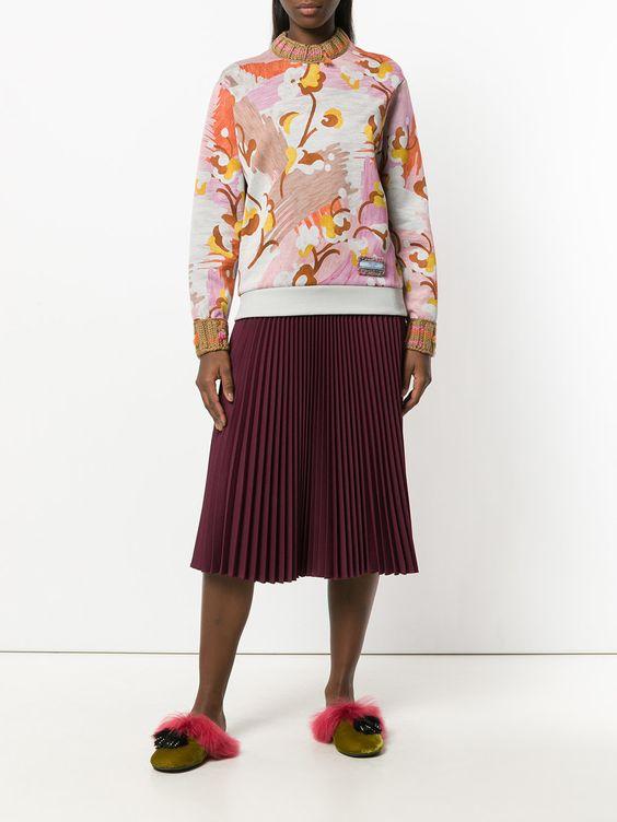 как носить цветной свитер
