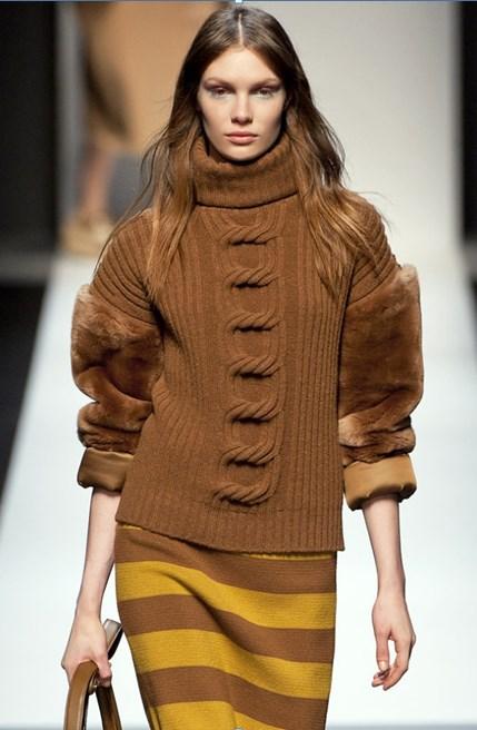 стильный коричневый свитер