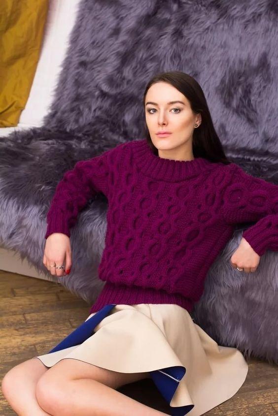 комплект с фиолетовым свитером и юбкой