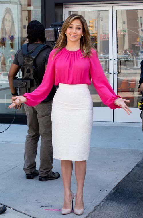 розовая блузка с белой юбкой